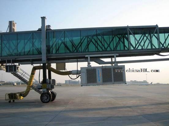申菱飞机地面专用空调在北京首都国际机场T3航站楼现场 在多年技术创新升级和产品开发应用基础上,2010年申菱地面飞机空调再次成功中标昆明新国际机场桥挂式飞机专用空调项目,为中国第四大门户枢纽机场昆明新国际机场配套所有飞机地面专用空调产品。 据悉,长沙黄花国际机场新航站楼工程是经国家发改委、国家民航局、湖南省人民政府批准的省级重点建设项目之一。黄花国际机场第三代航站楼由主楼、联廊及3个半岛式候机厅等部分组成。新航站楼建设面积为地上10.